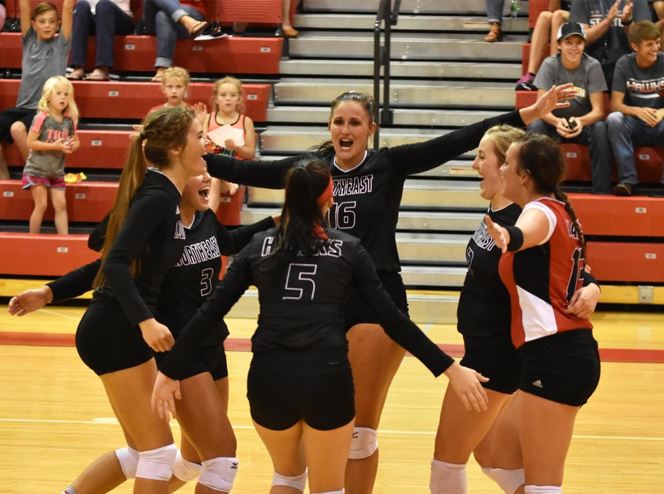 Hawks volleyball goes 1-1 in day one of Northeast tournament
