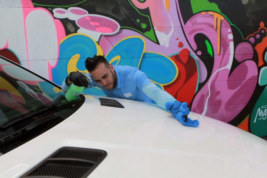 Fidel+Miranda%2C+hiring+manager+of+WashMyWhip%2C+works+on+a+car+at+WashMyWhip+in+Wynwood%2C+Fla.+WashMyWhip+is+an+on-demand%2C+eco-friendly+car-care+service.+%28Roberto+Koltun%2FMiami+Herald%2FTNS%29